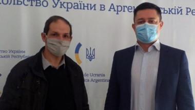 El presidente de Servicoop, Harry Woodley, junto al embajador de Ucrania en la Argentina, Valerii Olefir.
