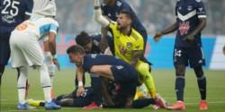 El delantero nigeriano del Girondins Burdeos Samuel Kalu cayó desplomado a los cuatro minutos del partido ante el Olympique Marsella.