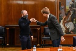 Guzmán saluda a Pierpaolo Barbieri en la privada del Palacio de Hacienda.
