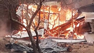 La vivienda ubicada en El Desemboque fue devorada por las llamas.