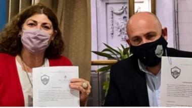 Gabriela Torres y el intendente Gustavo Sastre firmaron el convenio.