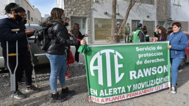Trabajadores de ATE se manifestaron en reclamo del pase a planta en el Ministerio de la Familia.