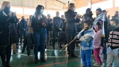 Protagonistas. Los chicos desfilaron con sus banderas de ceremonia, durante un acto en el cual flotó la expectativa de un desarrollo económico impulsado por el Corredor.