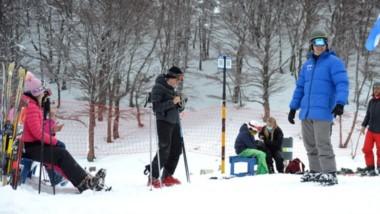 Instructores y principiantes a pleno. La gente vuelve a disfrutar de la nieve en las pistas de La Hoya.