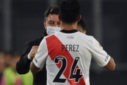 Enzo Pérez marcó en el Monumental ante Aldosivi y se abrazó con el Muñeco Gallardo en el festejo.
