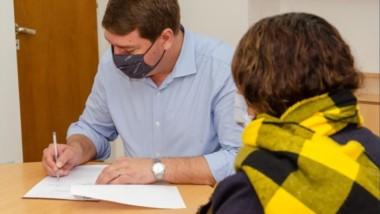 El intendente firmó el convenio con el Instituto de Asistencia Social para donar una galera.