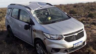 El  vehículo con importantes daños. Sus ocupantes están todos bien.