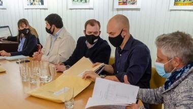 Funcionarios durante la apertura de sobres de la licitación pública.
