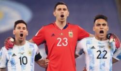 Dibu Martínez junto a Emi Buendía, Cuti Romero y Gio Lo Celso emprenden el viaje para sumarse al grupo de los campeones de América.