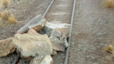 Las enormes piedras que el grupo atacante dispuso para causar daños.