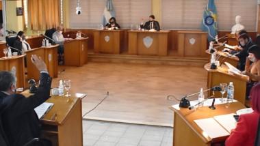 Manos arriba. Una postal de la sesión del parlamento municipal, que ratificó la obra para la ciudad.