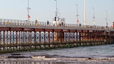 Multarán a quienes se arrojen del Muelle Piedrabuena al mar.