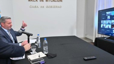 Beneficio para el turismo provincial. Arcioni y el ministro de Turismo durante el encuentro virtual con los gerentes de JetSmart.