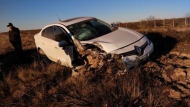 El automóvil Renault Fluence con los daños producto del accidente.