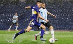 Bajo un diluvio, Boca igualó ante Argentinos y deambula por el fondo de la tabla.