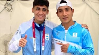El orgullo del maestro. Rodrigo Peláez los esperaba así en la meta.