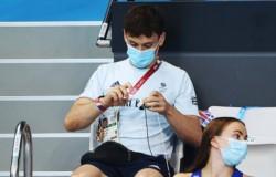 Tom Daley, clavadista de Gran Bretaña, se robó los reflectores en los Juegos Olímpicos de Tokio 2020 luego de que se le apreciara tejiendo en las gradas.