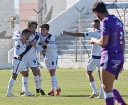 Juárez (N°5) abraza a Bazán, autor del gol de Brown ante Dálmine. Ambos tomaron la palabra posteriormente.