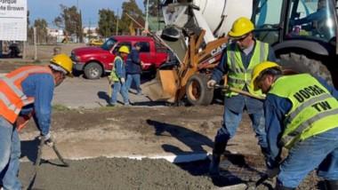 Recorrida. Los funcionarios municipales chequearon el avance de los trabajos en el nuevo Parque Brown.