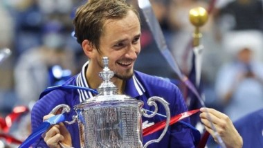 El ruso brilló para ganar su primer Major y negarle al N°1 del mundo el Grand Slam de año calendario: triple 6-4 en un partido histórico.