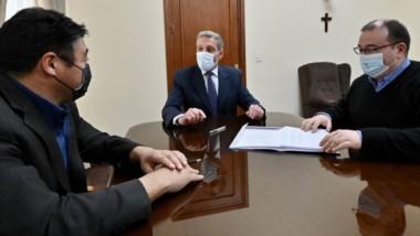 El gobernador recibió en su despacho al  intendente Pichiñán para suscribir el convenio.