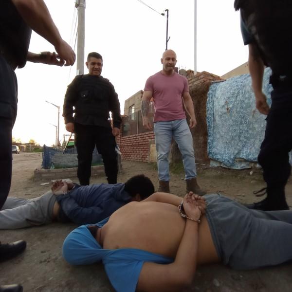 Massoni y varios comisario, con los dos detenidos en el piso. (Foto: Ministerio de Seguridad)