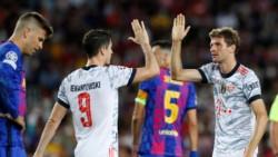 Piqué incrédulo, mientras Lewandowski, que marcó 2, y Müller, que anotó el restante, celebran.