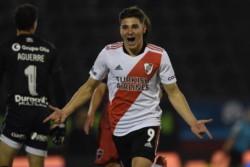 Julián Álvarez, delantero de River, mostró su clase: tras un remate de Fabrizio Angileri, mató la pelota y la mandó a guardar. Antes había asistido a Nicolás De la Cruz.