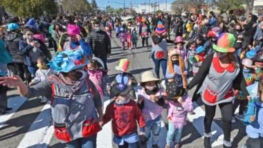 Vecinitos. Mucha gente participó y presenció el desfile en la capital, colorido en muchos de sus tramos.