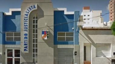 Hasta la sede del PJ en Comodoro llegaron militantes exigiendo que se haga presente en el lugar Linares.