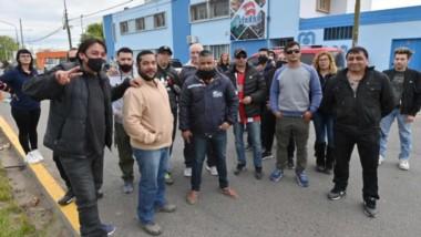 Los trabajadores comenzaron con una proesta en la calle frente a las instalaciones de la Secretaría.