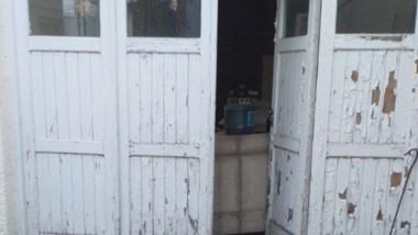 Así encontró la puerta del quincho el funcionario y candidato.
