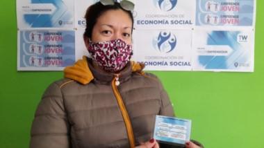 Beneficiada. Una de las emprendedoras trelewenses que tiene su plástico para los descuentos.