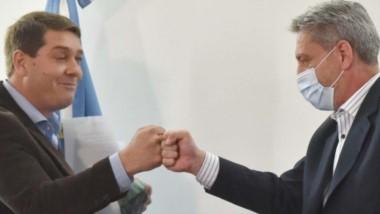 El saludo protocolar entre el gobernador Arcioni y el intendente de Rawson en el marco de la firma de convenios para viviendas sociales.