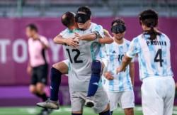 El equipo argentino de fútbol para ciegos venció a China por 2-0 y se metió en la gran definición.