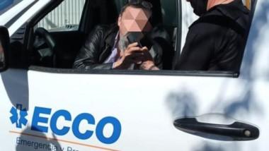 El conductor en momentos de ser sometido al test de alcoholemia.