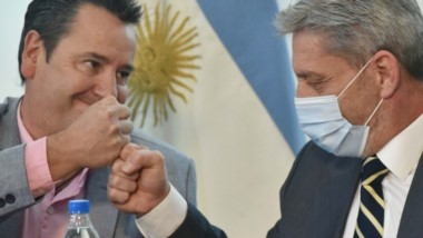 El gobernador junto al intendente de Corcovado durante la firma de la licitación para la red de gas.