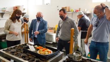 Sastre visitó la cocina del Economato donde preparan las viandas.