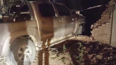 La camioneta entró al predio luego de derrumbar los ladrillos.