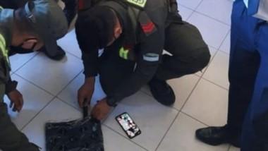 """Tras ser detectada por el can """"Tita"""", personal de Gendarmería comienza con el descubrimiento de la droga."""