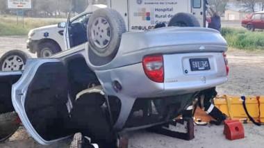 El vehículo Chevrolet Corsa quedó tumbado y su chofer con heridas.