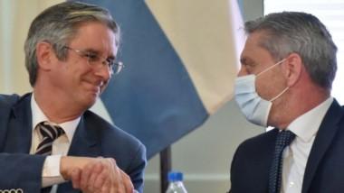 Sin puño. El gobernador Arcioni junto al intendente de Esquel ayer en Casa de Gobierno en el anuncio de la licitación para la ruta provincial 71.