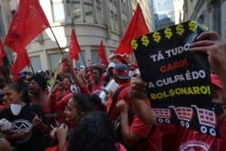 Imágenes publicadas por el diario Extra, de Río de Janeiro, en las que decenas de personas hacen filas para llevarse huesos y grasa de carne bovina descartadas por los supermercados.