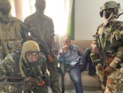 El presidente de Guinea, Alpha Conde, atricherado en el Palacio Presidencial con un resguardo de militares fieles.