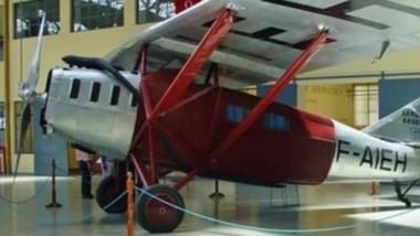 Para las nuevas generaciones. Una postal de la réplica del avión que usó el celebre francés para sus inolvidables aventuras aéreas.