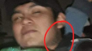 Javier Pedro Paso tiene un tatuaje de una flor en el cuello.