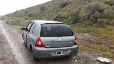Lamentablemente el auto apareció sin sus ruedas y violentado por el accionar de desconocidos.