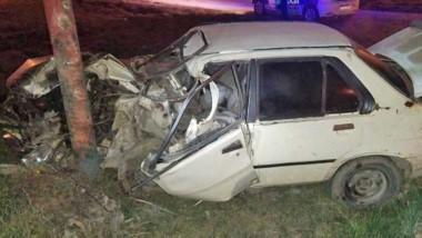 El rodado sufrió importantes daños y su conductor quedó atrapado.