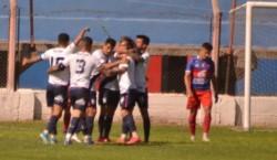 Brown goleó con un doblete de Assennato, que tuvo un partido soñado. (Foto: Nuevo Diario).