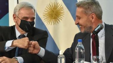 Puñito. Vivas (izquierda) y su saludo con el gobernador Arcioni tras la firma del convenio en cuestión.